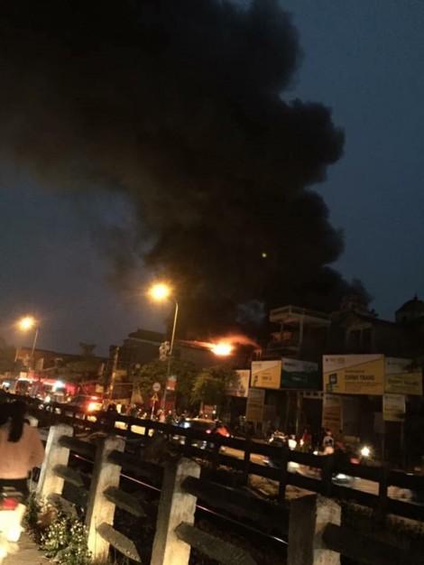 Cháy lớn cửa hàng giày dép, một cụ già tử vong