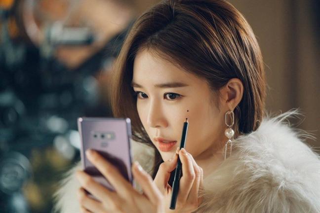 Tron bo bong tai gay sot cua Yoo In Na trong 'Cham vao tim em'