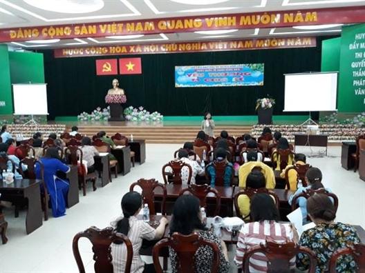 Phu nu huyen Binh Chanh chia se yeu thuong