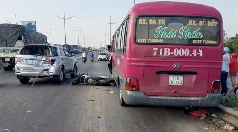Cha và con gái bị xe khách đụng thương vong trên đường đi làm