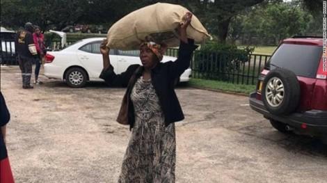 Tỷ phú tặng nhà và 1.000 USD mỗi tháng cho người phụ nữ giàu lòng nhân ái
