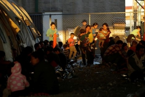 Hàng trăm người di cư mắc kẹt trong khu rào thép tại Texas, chờ thủ tục xét nhập cư