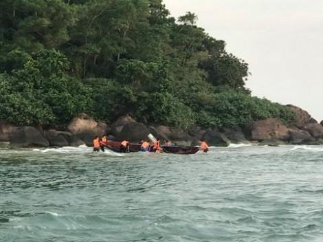 Cứu sống một ngư dân bị sóng biển đánh chìm