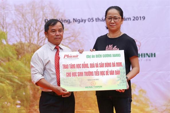 Bao Phu Nu TP.HCM tang 400 phan qua cho hoc sinh ngheo tinh Dak Nong