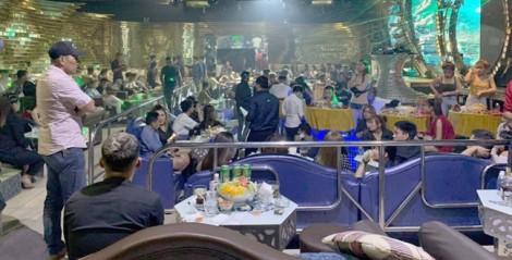 Dân chơi ném ma túy phi tang khi cảnh sát đột kích quán bar