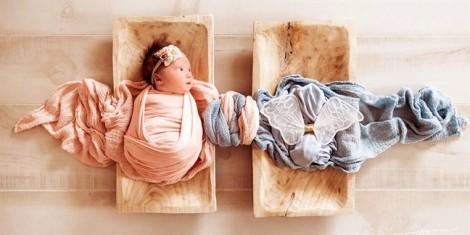 Bức ảnh em bé và đôi cánh thiên thần
