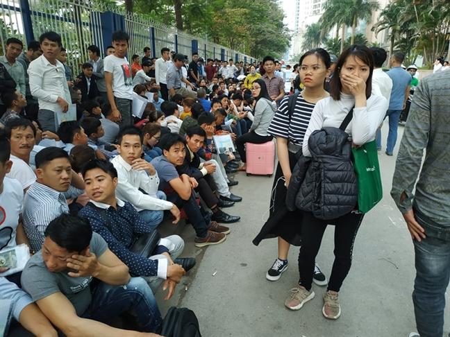 Hang ngan nguoi chen lan cho lay so lam visa di Han Quoc