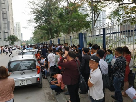 Hàng ngàn người chen lấn chờ lấy số làm visa đi Hàn Quốc