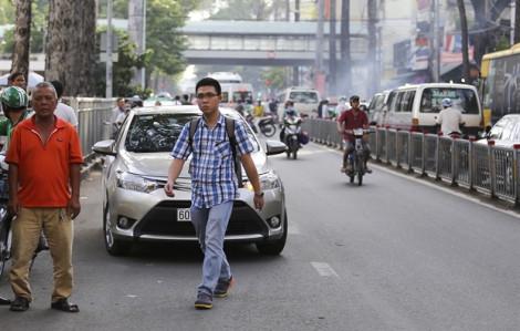 Người đi bộ thờ ơ với cầu vượt bộ hành ở Sài Gòn