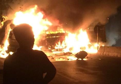 Hai người chết cháy trong cabin xe tải sau tai nạn liên hoàn