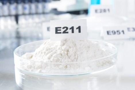 Các quốc gia quy định thế nào về phụ gia bảo quản a-xít benzoic và muối benzoat?