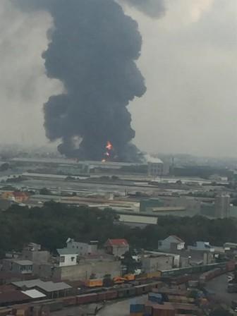 Cháy cực lớn nhà xưởng bên trong khu công nghiệp ở Bình Dương
