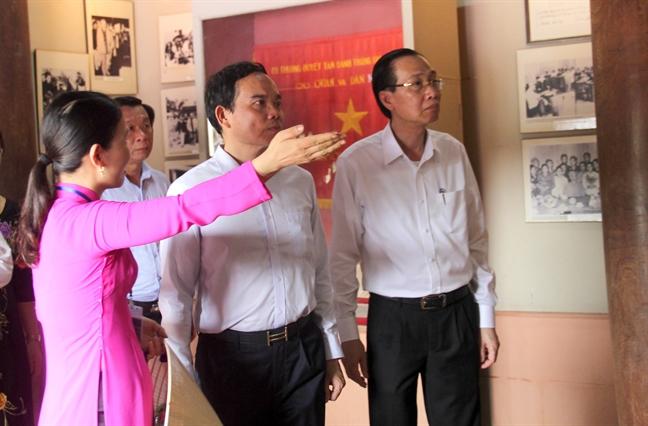 Lanh dao TP.HCM dang huong tuong niem Chu tich Ho Chi Minh tren que Bac