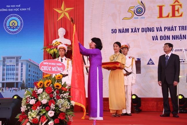 Pho Chu tich nuoc tang Huan chuong Lao dong hang Nhat cho truong Dai hoc kinh te Hue