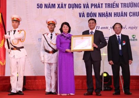 Phó Chủ tịch nước tặng Huân chương Lao động hạng Nhất cho trường Đại học kinh tế Huế