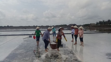 Một ngày làm diêm dân để hiểu nỗi nhọc nhằn nghề muối