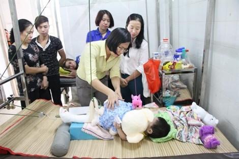 Khởi tố người mẹ đánh gãy chân con nuôi 2 tuổi, gây thương tật gần 60%