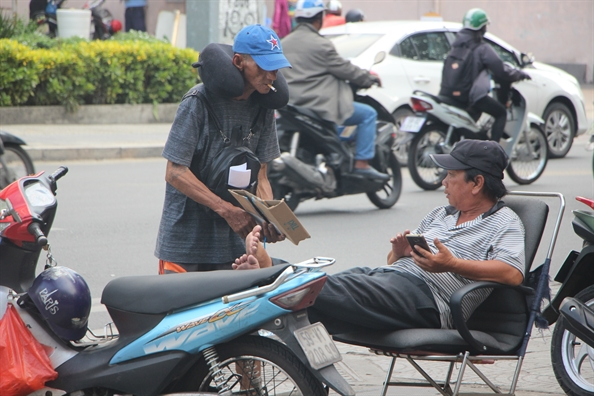 Nguoi Sai Gon vat va muu sinh duoi cai nang 40 do