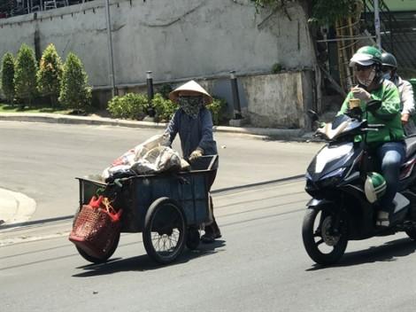 Người Sài Gòn vất vả mưu sinh dưới cái nắng 40 độ