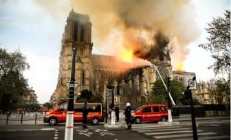 Người dân thế giới đau xót khi một phần Nhà thờ Đức Bà Paris sụp đổ vì hỏa hoạn