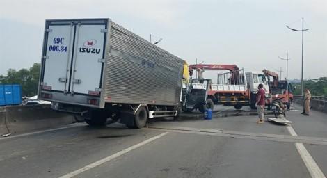 Xe tải tông xe tải cẩu, hai tài xế tử vong tại chỗ
