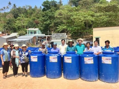196 bồn chứa nước tặng hộ nghèo nơi xã đảo