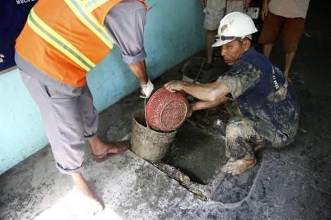 Nỗi ám ảnh chất thải dầu mỡ trong lòng cống trước mùa mưa Sài Gòn