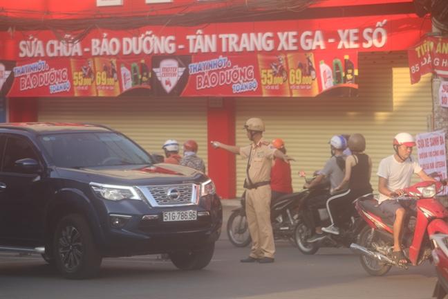 CSGT phoi minh duoi nang nong 'giai cuu' ket xe o cua ngo san bay Tan Son Nhat