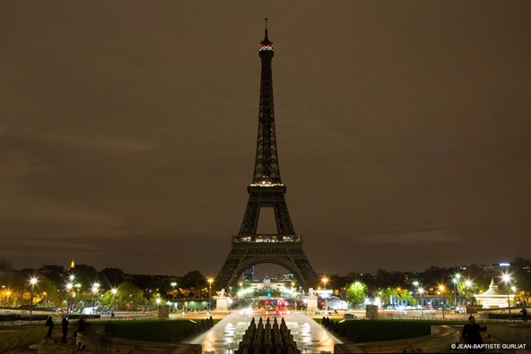 Thap Eiffel Tower tat den tuong niem cac nan nhan vu tham sat o Sri Lanka