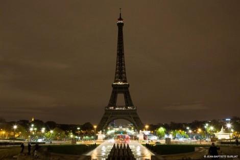 Tháp Eiffel Tower tắt đèn tưởng niệm các nạn nhân vụ thảm sát ở Sri Lanka