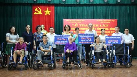 Quỹ Lawrence S. Ting trao 209 xe lăn cho người khuyết tật tỉnh Hòa Bình