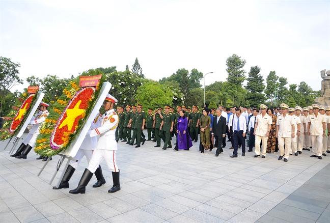 Lanh dao dang huong tuong niem Chu tich Ho Chi Minh va cac anh hung liet si