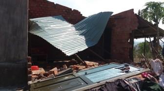 Thanh Hóa: Lốc xoáy cuốn mái hiên nhà hàng xóm bay vào giường ngủ, 2 mẹ con thương vong
