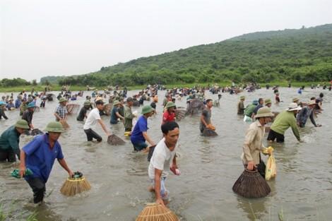 Ngàn người mang nơm ùa xuống đầm bắt cá sau tiếng hú lớn