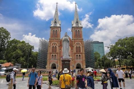 Du khách dạo bước vui chơi ở trung tâm Sài Gòn ngày nghỉ lễ