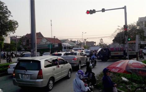 Hàng vạn người kéo về biển Cửa Lò khiến các ngả đường tắc nghẽn