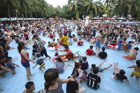 Đi 'tắm người' ở công viên nước ngày lễ