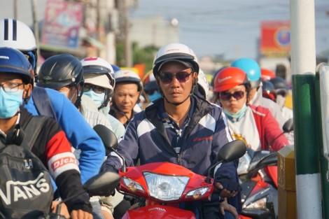 TP.HCM - Hà Nội: Kẹt cứng các cửa ngõ, người lớn trẻ nhỏ vật vờ chờ vào thành phố