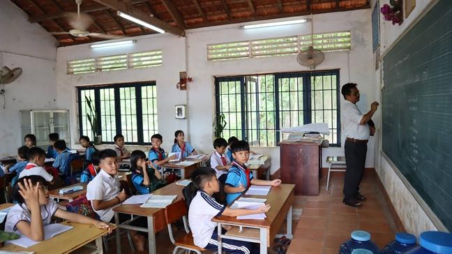Binh Phuoc: Bat cap lop hoc 'dau lung' tim con chu