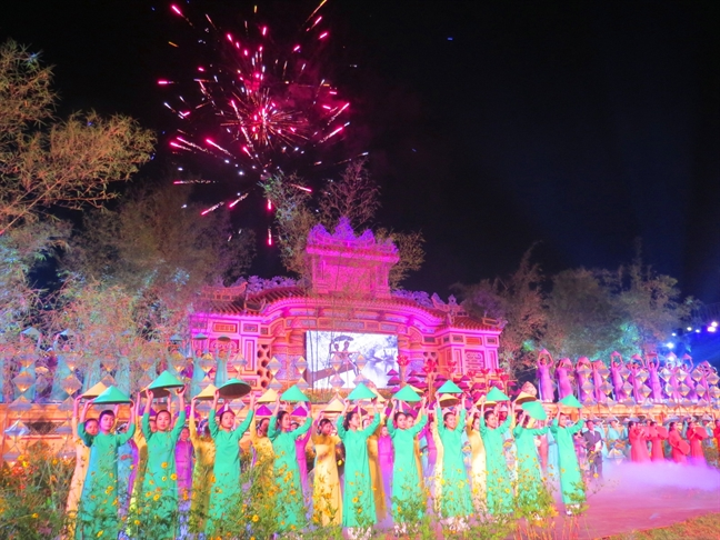 Dieu Hue tung bay tren san khau be mac Festival Nghe truyen thong
