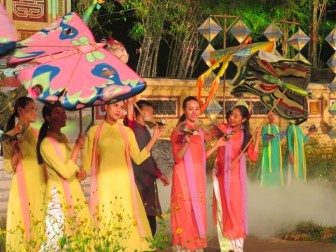 Diều Huế tung bay trên sân khấu bế mạc Festival Nghề truyền thống