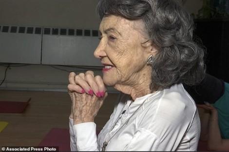Cụ bà 100 tuổi vẫn dạy yoga mặc dù 4 lần thay khớp háng