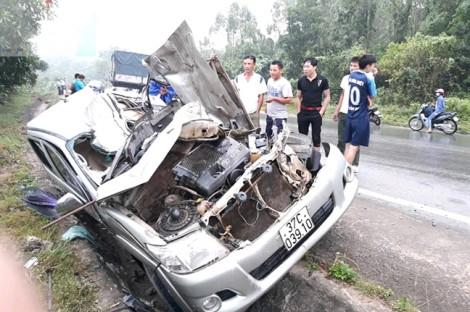Xe tải bẹp dúm, tài xế tử vong sau tai nạn kinh hoàng
