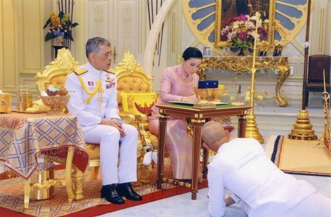 Vo Quoc vuong Thai Lan gian di voi phong cach thoi trang nu tuong