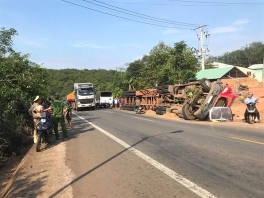 Binh Phuoc: Lat xe container cho phe lieu de chet 2 anh em ruot tai cho