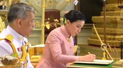 Nhà vua Thái Lan đăng quang
