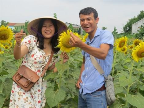 Đông đảo giới trẻ đến 'check-in', chủ vườn hoa kiếm tiền triệu mỗi giờ