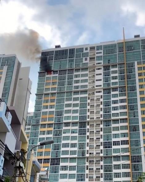 Cháy lớn chung cư The Vista An Phú TP.HCM: Dân hoảng loạn, lính cứu hỏa ngạt khói