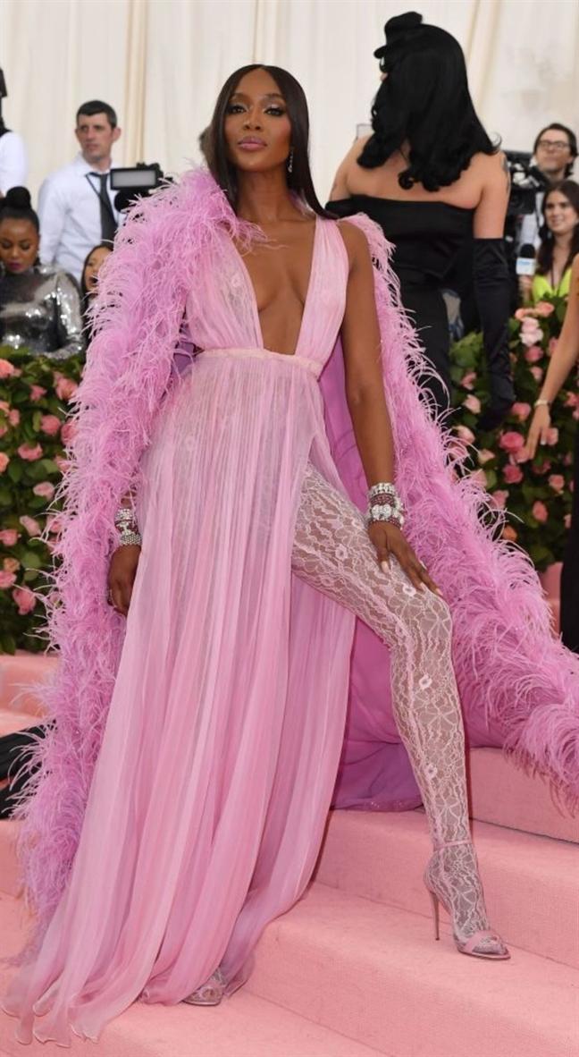 Met gala 2019: Lady Gaga 'lot do' ngay tren tham do