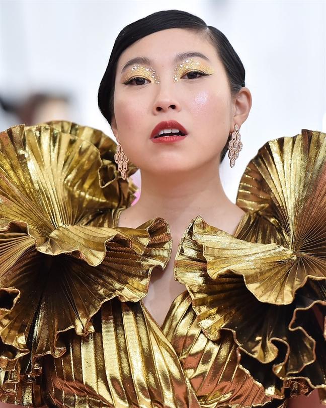 'Bo tui' xu huong trang diem tu Met Gala 2019